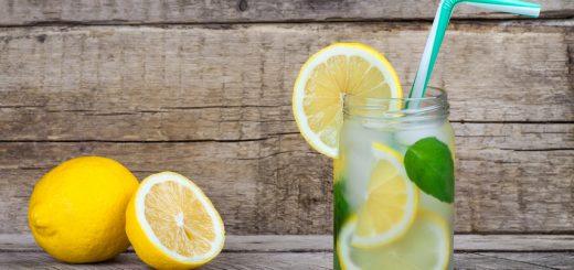 Boire de l'eau citronnée
